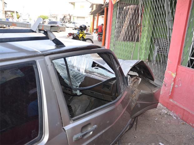 Um carro colidiu na grade de uma casa no bairro dos Funcionários, em João Pessoa, por volta das 6h30 (horário local) desta quinta-feira (9). A frente do veículo ficou destruída. Os dois ocupantes tiveram escoriações leves e foram atendidos pelo Samu (Foto: Walter Paparazzo/G1)