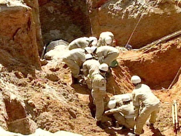Bombeiros disseram que chegaram rápido, mas não havia mais o que fazer. (Foto: Reprodução/TV Gazeta)