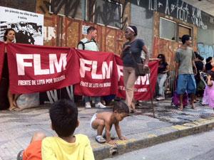 Famílias são retiradas de prédio (Foto: Renato Jakiitas/G1)