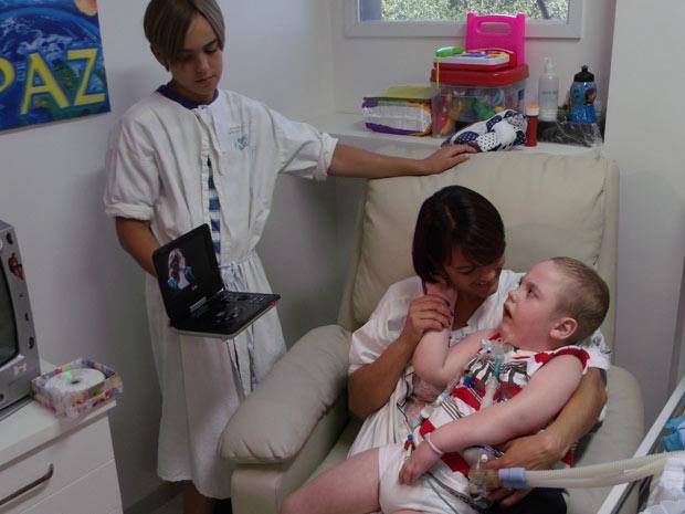 No colo da mãe, Daniel recebe também o carinho e os cuidados do irmão Emanuel  (Foto: Lisandra Spessen/Divulgação)