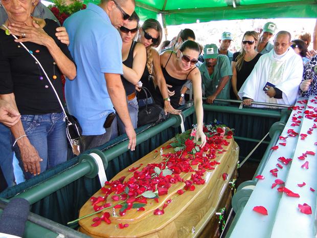 Cantor Wando é enterrado em Belo Horizonte no fim da manhã desta quinta-feira (9). (Foto: Alex Araújo/G1)