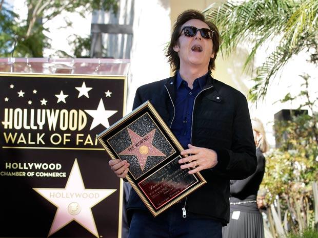 O cantor e compositor Paul McCartney comemora a homenagem na Calçada da Fama de Hollywood. Estrela foi entregue na tarde desta quinta-feira (9) (Foto: AP)