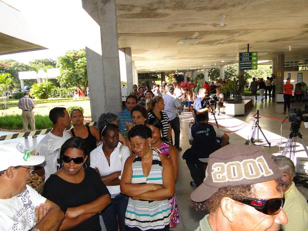 Fila de fãs no velório de Wando, em Belo Horizonte (Foto: Alex Araújo/G1)