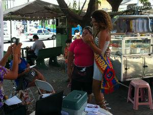 Musa foi abordada para tirar fotos nas ruas (Foto: Leandro Nossa / G1 ES)