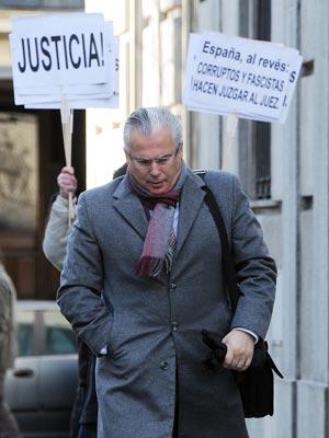 O juiz Baltazar Garzón passa diante de manifestantes a seu favor ao chegar para audiência na quarta (8), em Madri (Foto: Dominique Faget / AFP)