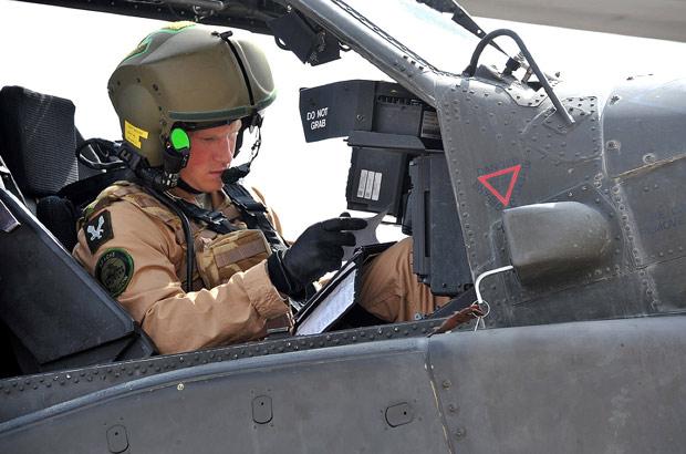 O príncipe Harry se prepara para missão de treinamento no helicóptero Apache em base naval de El Centro, na Califórrnia (Foto: AFP)