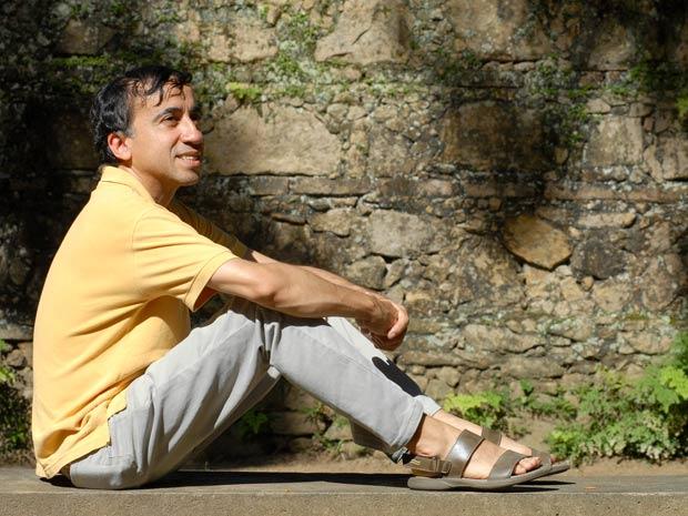 Helder no Jardim Botânico, na Zona Sul carioca: chegada ao Rio nos anos 80 abriu portas e alavancou a carreira do músico cearense de 49 anos (Foto: Alexandre Durão/G1)