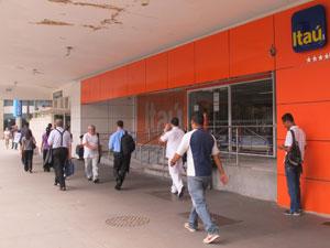 Agência do Itaú na Avenida Paulista teve as portas giratórias retiradas (Foto: Gabriela Gasparin/G1)