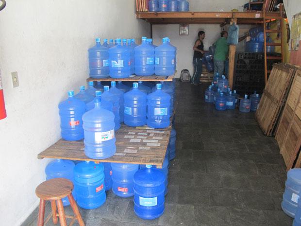 Loja que vende galões tinha estoque reduzido nesta quinta (Foto: Juliana Cardilli/G1)