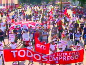 Metalúrgicos fazem passeata por vagas nas indústrias em São Carlos, SP (Foto: Reprodução EPTV)
