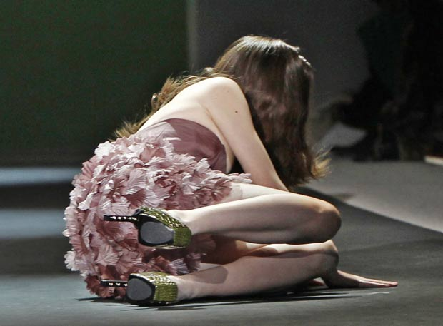 Modelo sofre queda durante desfile de fevereiro de 2011 em Nova York. (Foto: AP)