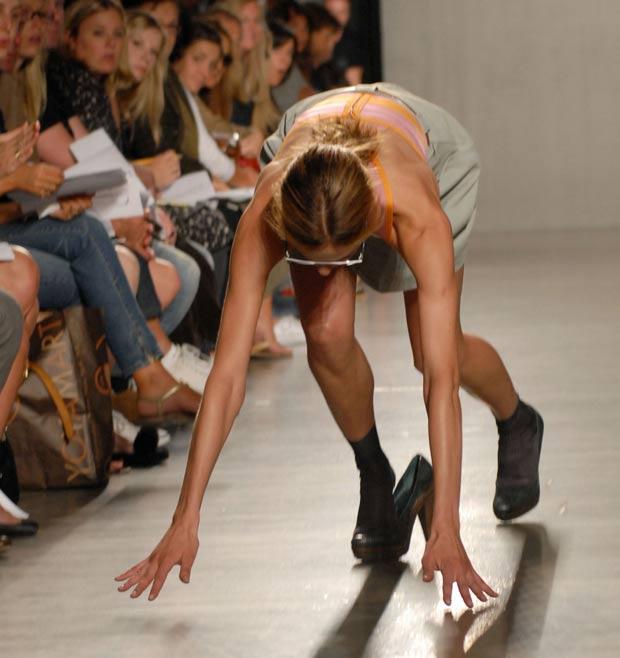 Modelo tenta evitar queda durante desfile da 'Proenza Schouler' em 2007 em Nova York. (Foto: Paul Hawthorne/AP)