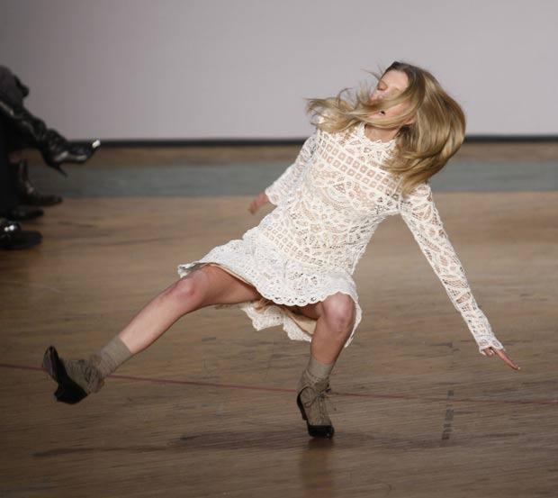 Modelo sofre queda durante desfile da 'Marc Jacobs' em 2010 em Nova York. (Foto: Seth Wenig/AP)