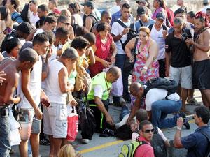 Mulher passa mal em estação de trem no Rio (Foto: Márcia Foletto/Ag. O Globo)