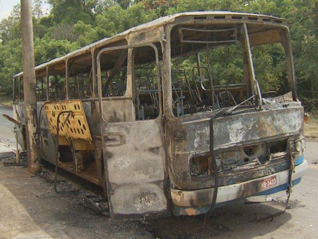 Incêndio em ônibus rural de Piracicaba (Foto: Reprodução EPTV)