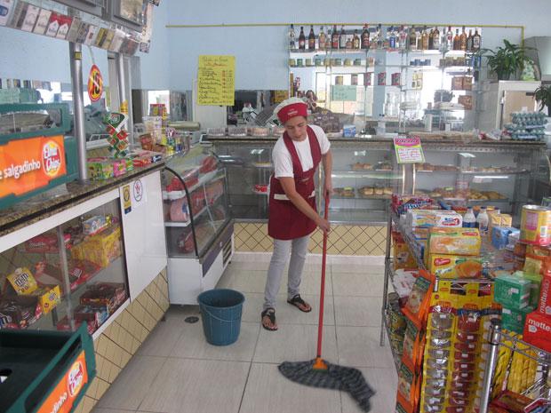 Padaria passou a usar água mineral para limpar o chão (Foto: Juliana Cardilli/G1)