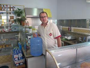 Eduardo já comprou 20 galões para manter padaria funcionando (Foto: Juliana Cardilli/G1)