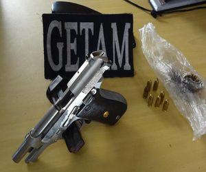 Policiais apreenderam uma pistola 380 e uma pequena quantidade de maconha (Foto: Divulgação/PM-SE)
