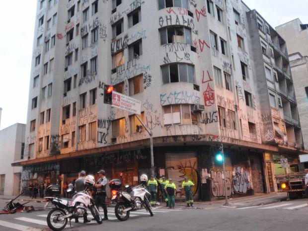 Polícia Militar aguardava início de reintegração de posse em prédio na Santa Cecília (Foto: Adriano Lima/News Free/AE)