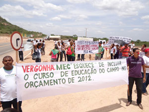 Manifestantes fazem protesto em Parnamirim (PE) durante visita da presidente Dilma Rousseff (Foto: Luna Markman / G1)