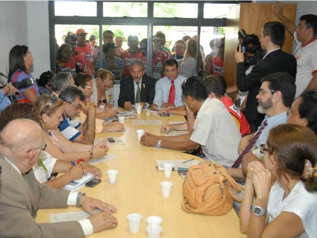 Reunião entre servidores, Câmara e representantes da prefeitura ocorreu nesta tarde (Foto: Câmara Municipal/Divulgação)