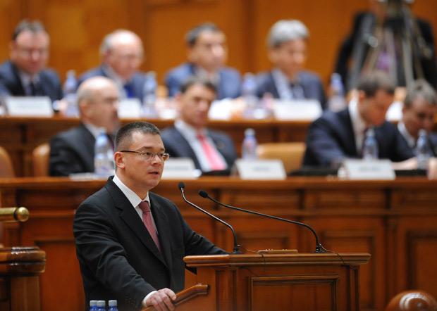 O primeiro-ministro romeno, Mihai Razvan Ungureanu, fala aos membros do Parlamento, em Bucareste, nesta quinta (9) (Foto: Daniel Mihailescu / AFP)