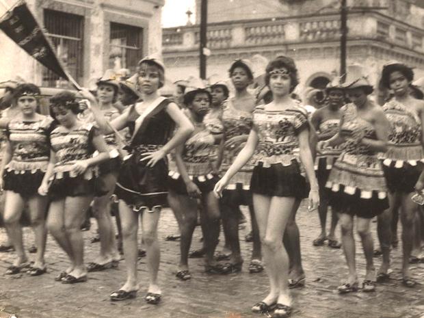 As mulheres e crianças saiam, em fila, animando o bloco (Foto: Arquivo do Bafo da Onça)