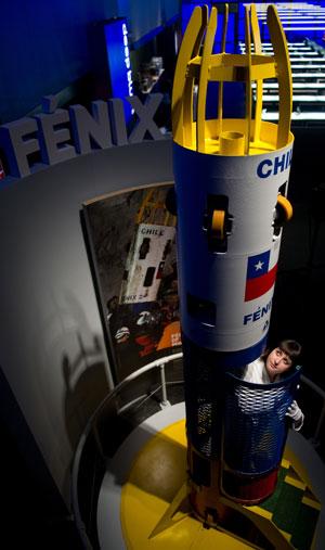 Oficial de informações da coleção, Kristin Hussey, apresenta a cápsula em Londres (Foto: Leon Neal/AFP)