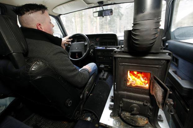 Prokob tem autorização das autoridades locais para usar o fogão a lenha. (Foto: Arnd Wiegmann/Reuters)