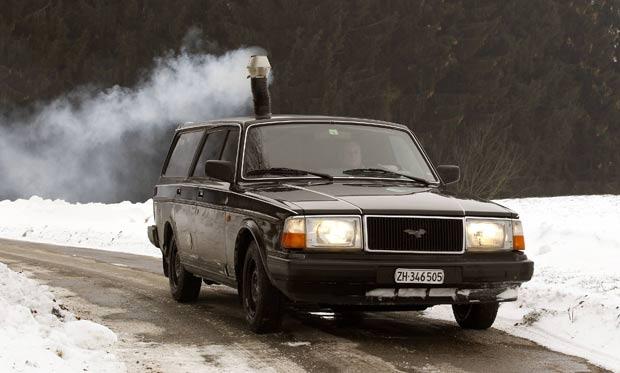 Veículo conta com um cano, que expele a fumaça para fora. (Foto: Arnd Wiegmann/Reuters)