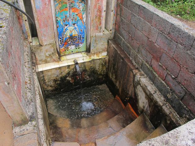 Bica d'água em propriedade é usada por vizinhos sem água (Foto: Juliana Cardilli/G1)