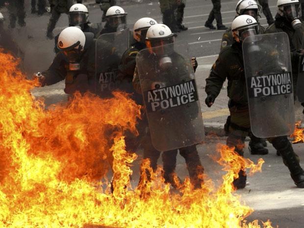 Bomba de gasolina explode perto de policiais nesta sexta-feira (10) em dia de greve geral e conflitos em Atenas. (Foto: John Kolesidis/Reuters)