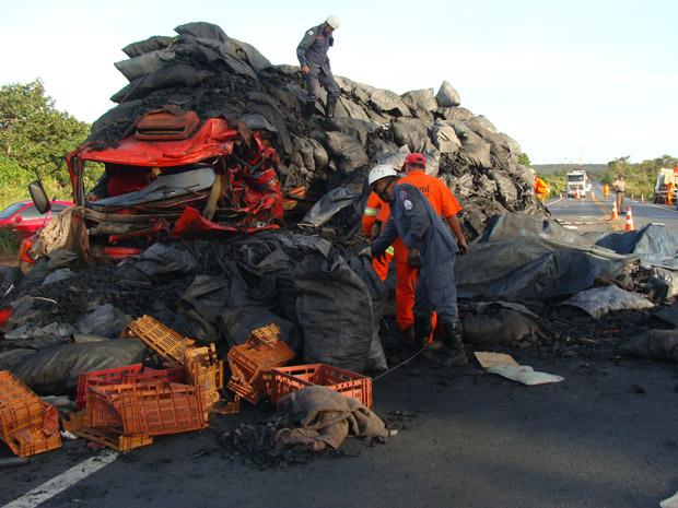 Caminhão carregado com carvão se envolve em acidente em Minas Gerais. (Foto: Corpo de Bombeiros de Minas Gerais/Divulgação)