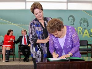 A presidente Dilma dá posse a ministra Eleonora Menicucci (Foto: Roberto Stuckert / Presidência)
