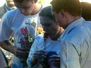 Mãe de Eolá no enterro da filha (Foto: Reprodução/TV Globo)
