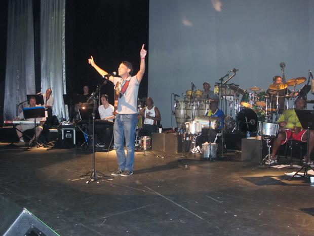 O músico Marcus Lima ensaiava às 16h desta sexta-feira (10) para a apresentação na semifinal da São Paulo Exposamba, que acontecerá à noite. Cinco concorrentes serão escolhidos para a final do concurso no dia 15 de fevereiro. Outros cinco foram escolhidos (Foto: Márcio Pinho/G1)