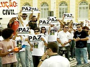 Manifesto em frente ao palácio do governo pede mais segurança na PB (Foto: Reprodução/TV Cabo Branco)