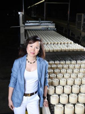 Mei Xu, imigrante chinesa que vende velas para varejistas nos EUA, abriu sua primeira fábrica no país no ano passado. (Foto: Divulgação)