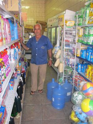 Mercadinho teve estoque de água comprado no primeiro dia sem abastecimento (Foto: Juliana Cardilli/G1)