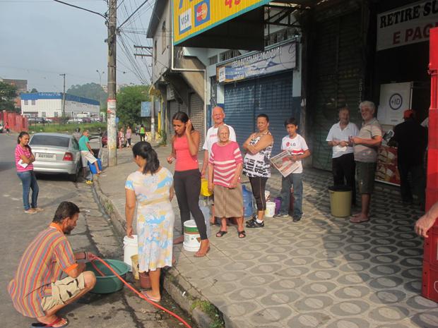 Moradores fazem fila para pegar água em mina em Mauá (Foto: Juliana Cardilli/G1)
