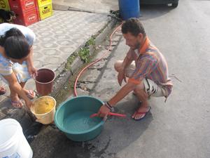 Pedreiro recolhe água de mina (Foto: Juliana Cardilli/G1)