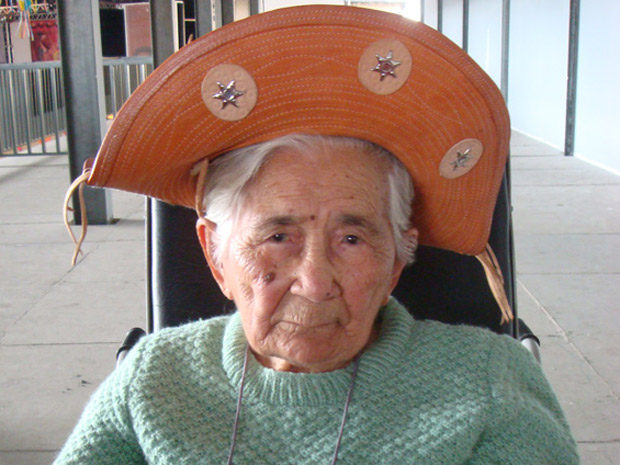 Dona Mocinha com chapéu de cangaceiro no reencontro com parentes do Recife em São Paulo, em 2009 (Foto: Glauco Araújo/G1)