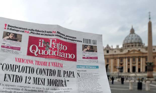 Homem lê a edição desta sexta-feira (10) do 'Il Fatto Quottidiano' em frente à Basílica de São Pedro, no Vaticano (Foto: AFP)