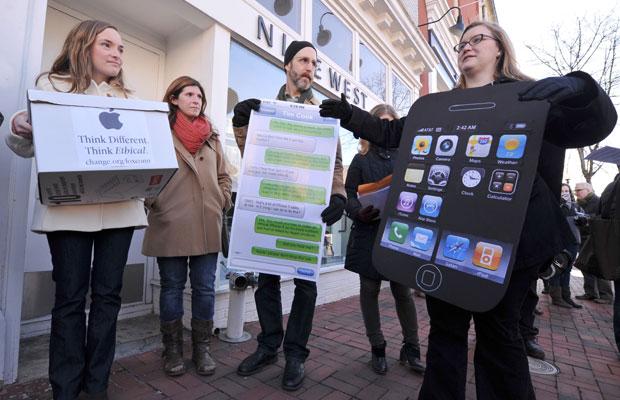 Ativistas entregaram mais de 250 mil assinaturas em lojas da Apple (Foto: Karen Bleier/AFP)
