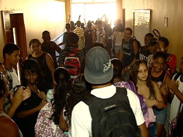 Alunos invadiram a sede da nova escola, em Vitória, em protesto contra a demora nas obras (Foto: Reprodução/ TV Gazeta)