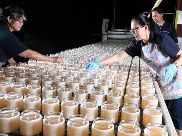Linha de produção da nova fábrica da Chesapeake Bay Candle, inaugurada em Maryland no ano passado. (Foto: Divulgação)