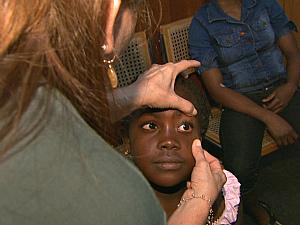 Haitiana recebe atendimento médico gratuito em Manaus (Foto: Reprodução/TV Amazonas)