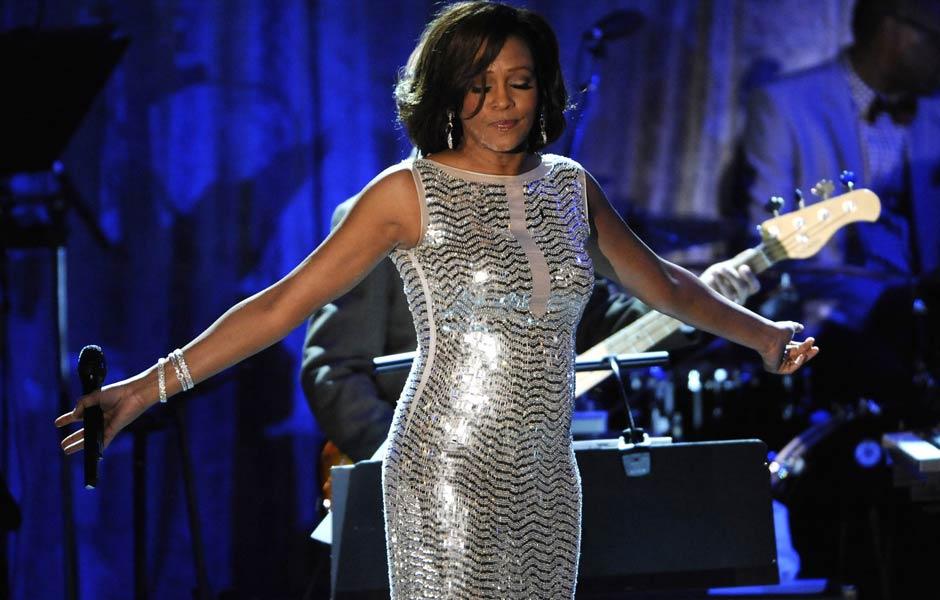 Whitney Houston canta na festa do Grammy em 2011. A artista foi encontrada morta neste sábado (11) em Las Vegas aos 48 anos