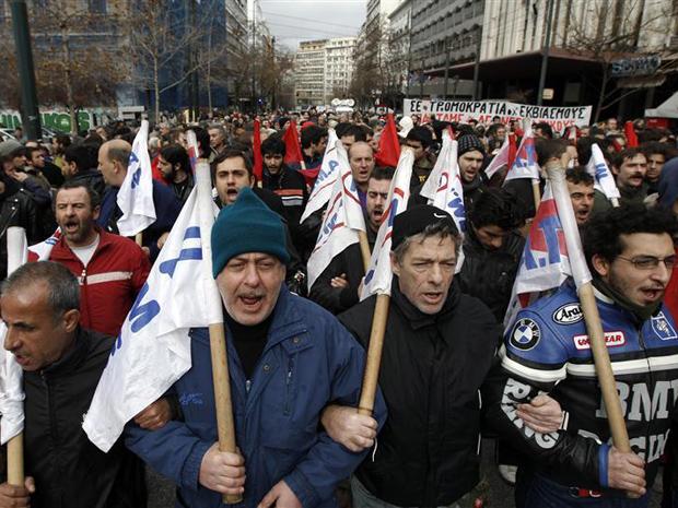Manifestantes do sindicato PAME marcham até o parlamento para protestar contra novas medidas de austeridade, em Atenas (Foto: REUTERS/John Kolesidis)