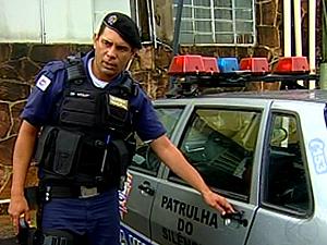 Policiais são agredidos durante ocorrência (Foto: Reprodução/TV Integração)